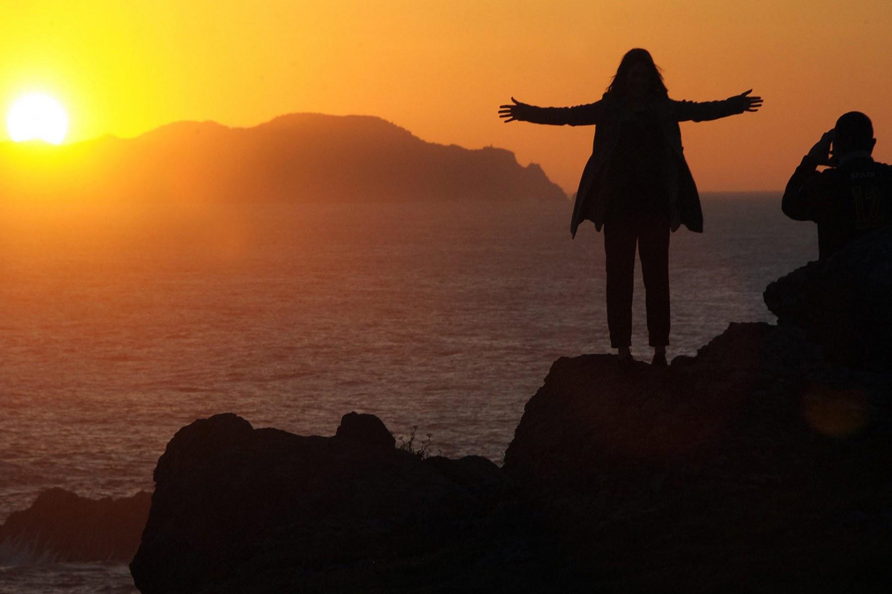Sunset-at-Faro-de-Punta-Frouxeira-Galicia-Idenna-Creative